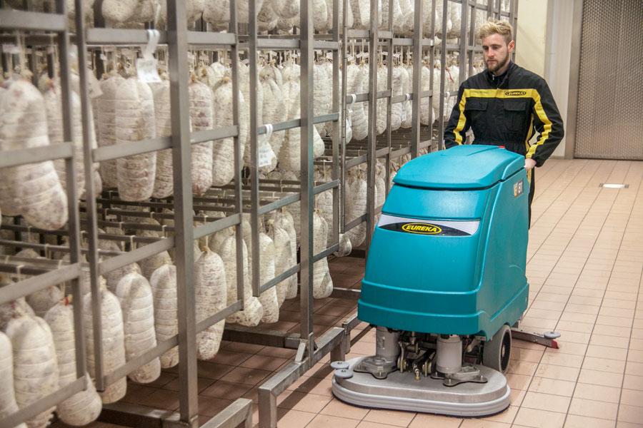 Una línea de máquinas para la limpieza de suelos de acero inoxidable