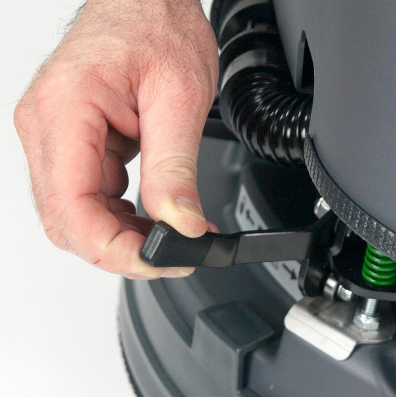 dispositif pour l'accrochage automatique de la brosse Eureka