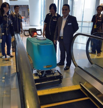 Eureka EC51 - demonstration of use on escalator - Expo Cleaning Indonesia