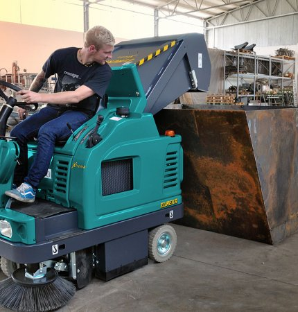 REAR MULTI-LEVEL-DUMP HOPPER XTREMA COMPLETELY HYDRAULIC RIDE-ON SWEEPER