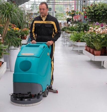 Eureka E55 fregadora de pavimientos acompañada profesionale, ideale para la limpieza profunda de áreas pequeñas y medianas.