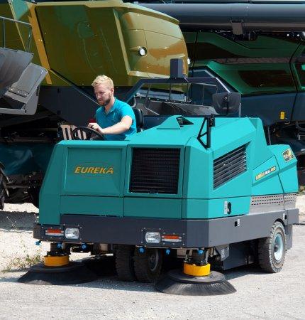 BULL 200 per pulire un parcheggio di grandi mezzi per l'agricoltura