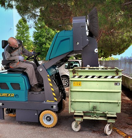 HYDRAULIC DUMPING SYSTEM MAGNUM RIDE-ON SWEEPER