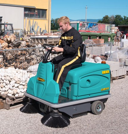 1200 mm SWEEPING PATH THE RIDER 1201 RIDE-ON SWEEPER