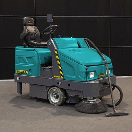 Eine gründliche Reinigung der Teppichböden durch eine Kehrmaschine
